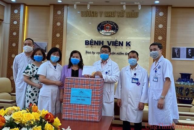 Bệnh nhân ung thư được tặng khẩu trang y tế chống dịch Covid-19 - 1