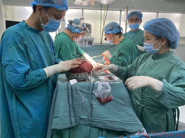 """Đại phẫu """"3 trong 1"""" cứu bệnh nhân ung thư đã di căn - 1"""