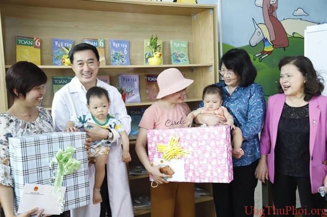 Phó Chủ tịch nước Đặng Thị Ngọc Thịnh tặng quà bệnh nhi ung thư - 2