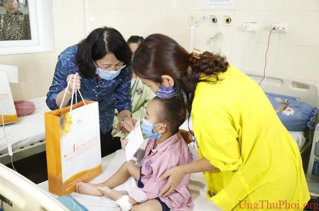 Phó Chủ tịch nước Đặng Thị Ngọc Thịnh tặng quà bệnh nhi ung thư - 1